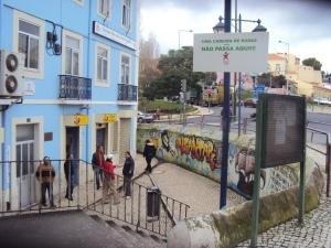 Uma cadeira de rodas não consegue entrar na Rua de Alcântara, vindo da Rua de Cascais