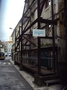 O Prédio nº 31 da Rua de Alcântara, que há 10 anos se mantém nesta situação