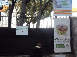 Uma cadeira de rodas não tem espaço para circular no passeio junto à escola Raul Lino